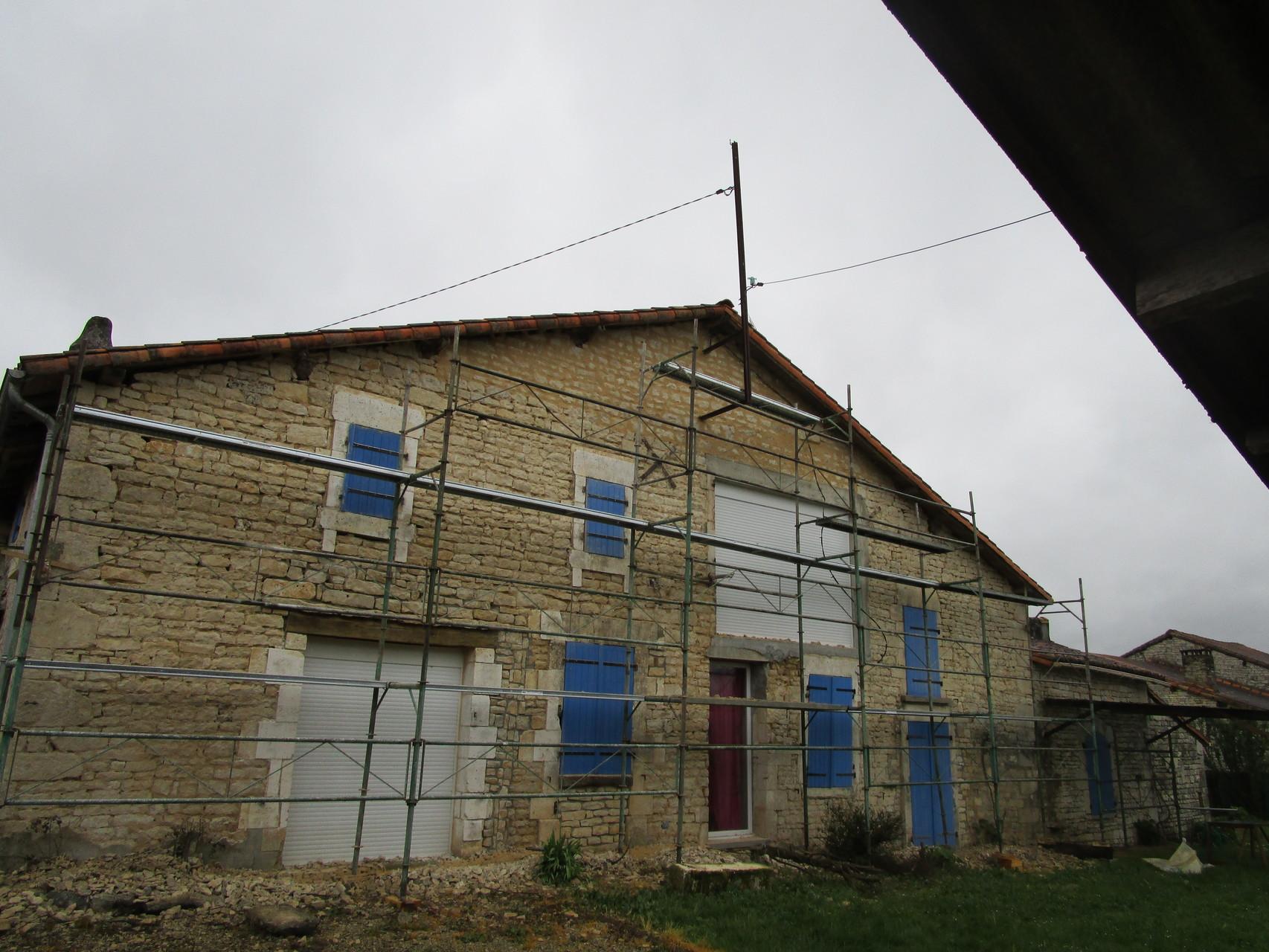 Facade : mise en place d'échafaudage pour le rejointoiement d'une  façade.