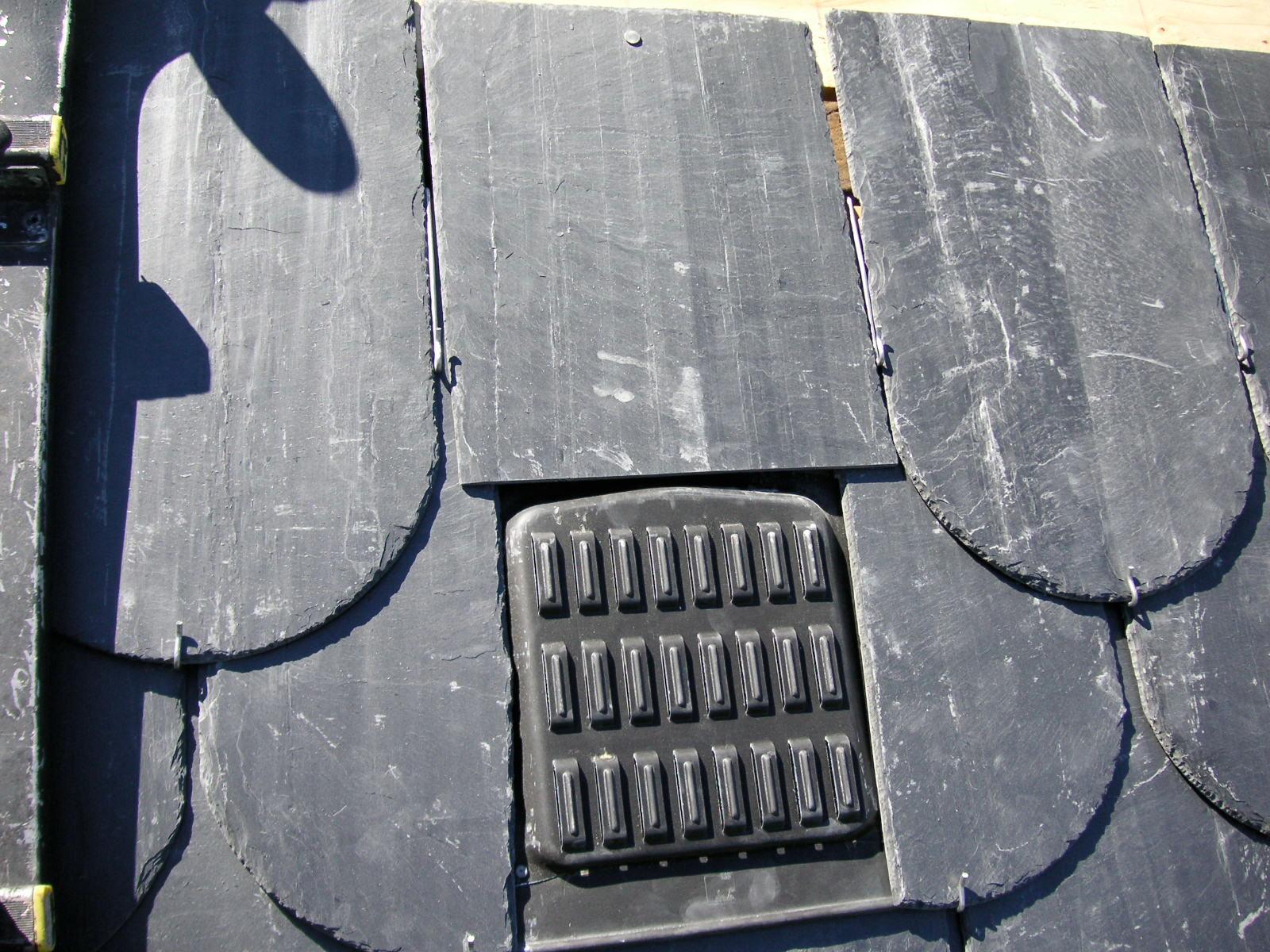 Couverture : mise en place d'une chatière de ventilation sur ardoise.