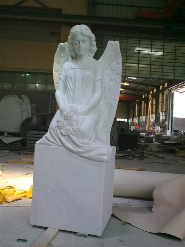 Steinmetz fertigt Engel aus Naturstein Ideal für Pasewalker Friedhof