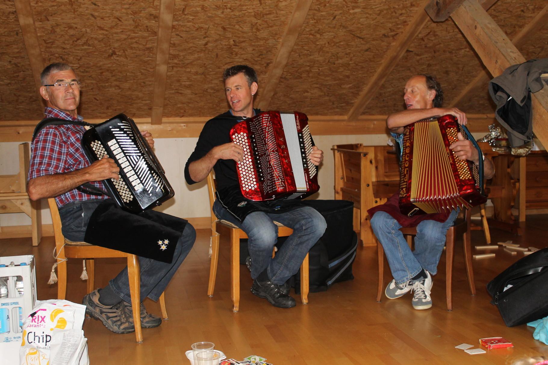 """... und auch die Klub-eigene Musikformation """"The three Kenel's"""" fügte beste Unterhaltung bei"""