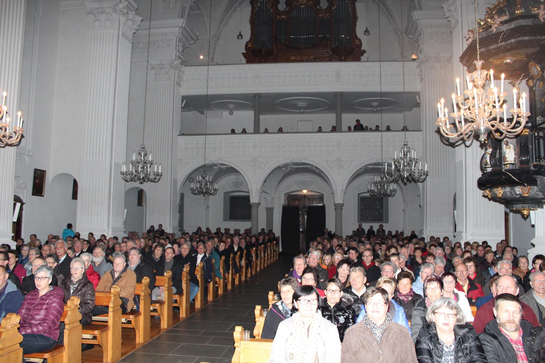 ... eröffnet in der voll besetzten Pfarrkirche das Kirchenkonzert
