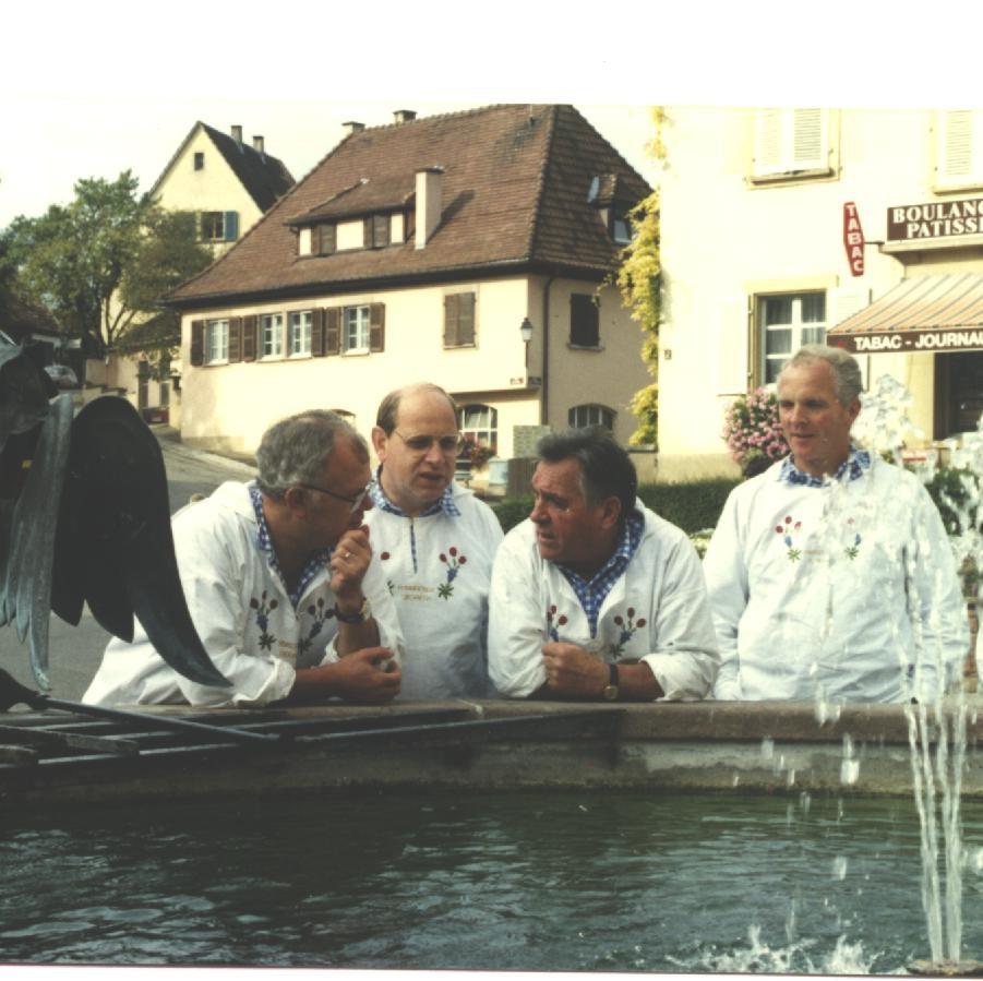 Am Brunnen von Riquiher (Elsass) auf der Jodlerreise 1990
