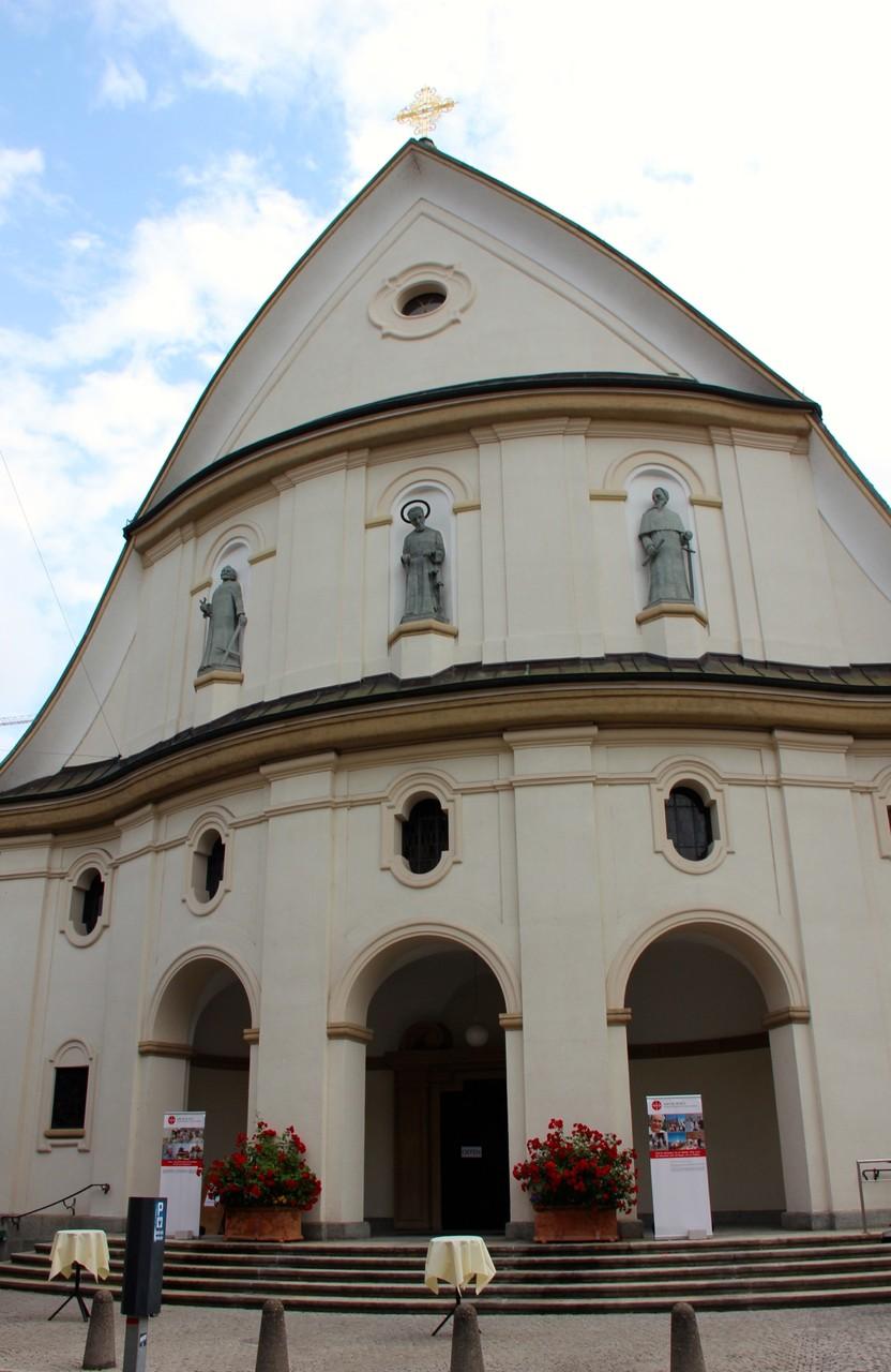 In der Kirche St. Josef in Zürich werden wir zur Mitgestaltung eines mehrfachen Priesterjubiläums eingeladen