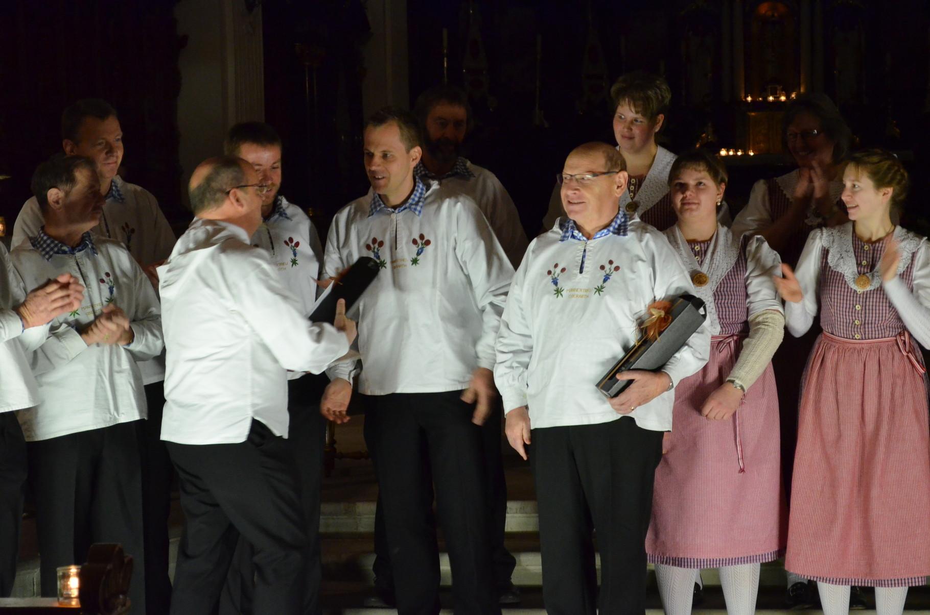 Die Jubilare Toni und Armin werden in aller Öffentlichkeit geehrt und beschenkt