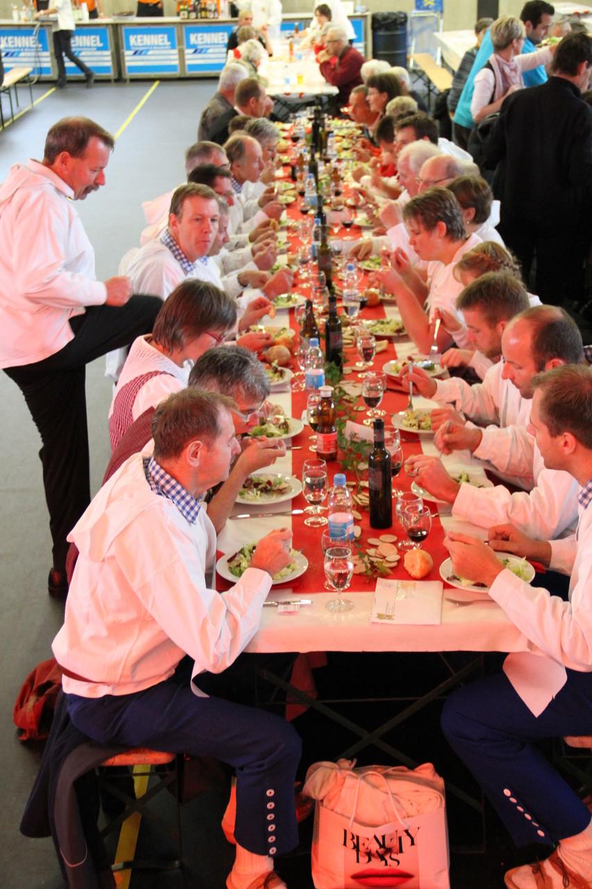 Prächtig gedeckte Tische luden zum Sännemahl ein