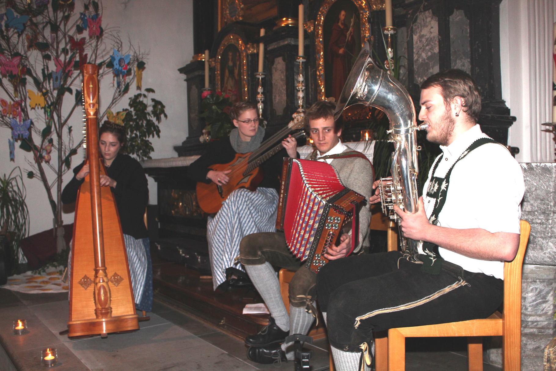 ... die Breitachtaler Kierbemuseg mit ihren besonderen Instrumenten dabei
