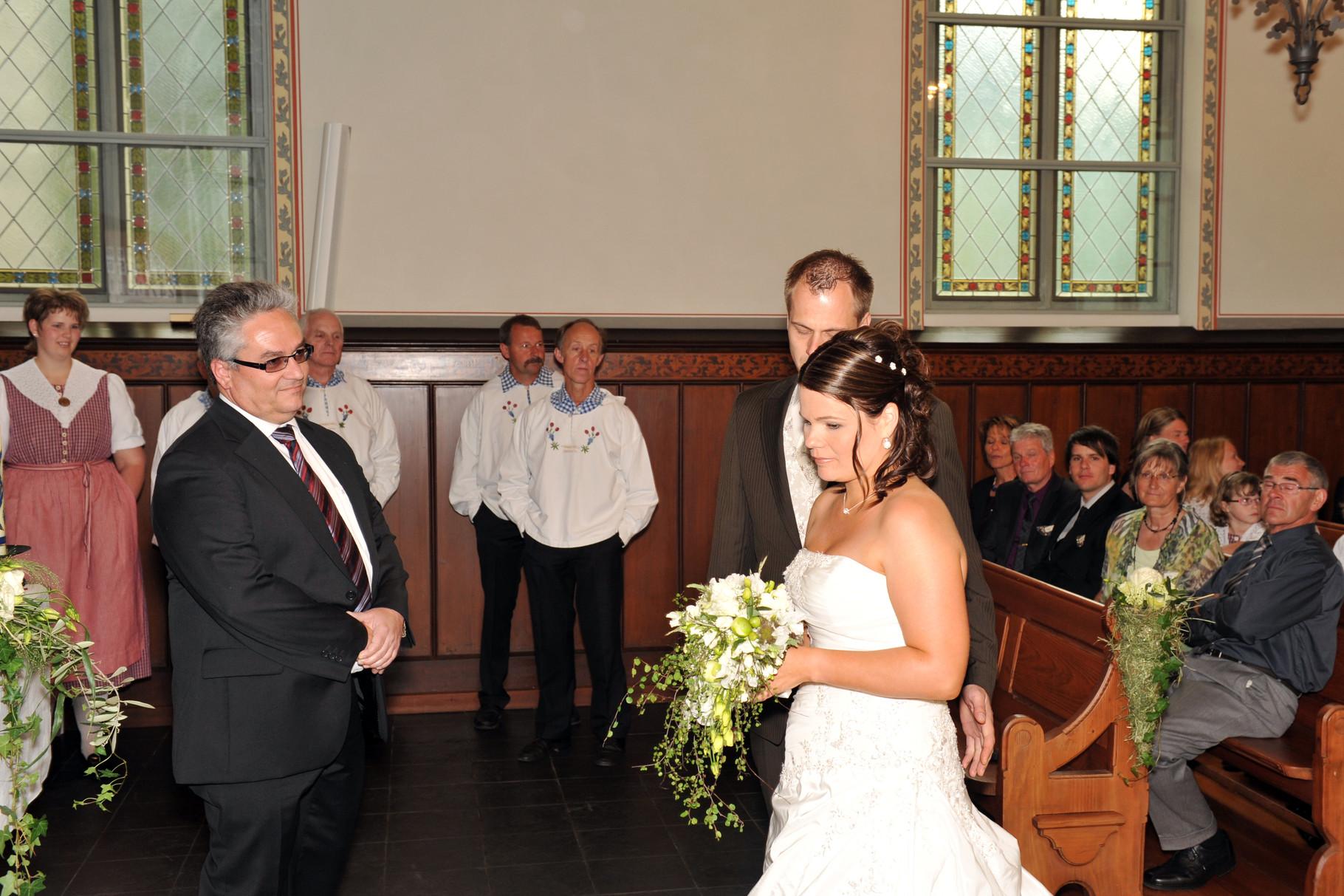 Hof-Pfarrer Urs Heiniger traut das Hochzeitspaar