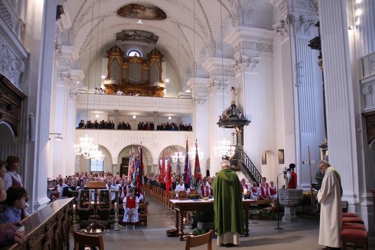 In der voll besetzten Arther Pfarrkirche ...