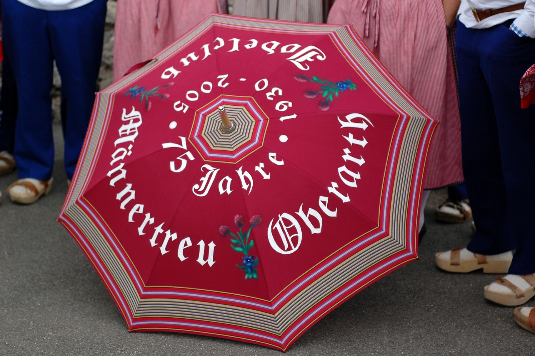 Der Schirm wurde vom Arther Künstler Koni Reichmuth bemalt und beschriftet
