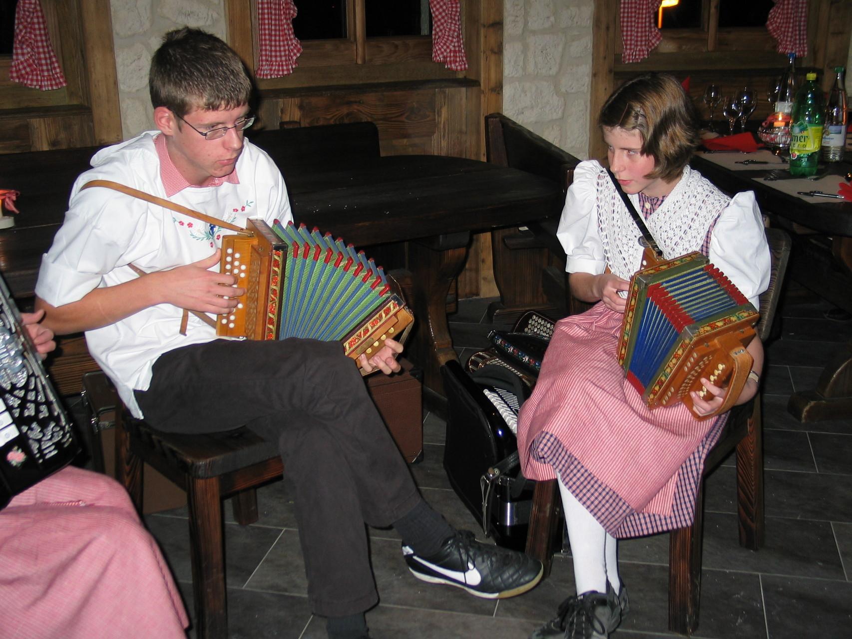 ... dann von den (zum Teil sehr jungen) Musikern ...