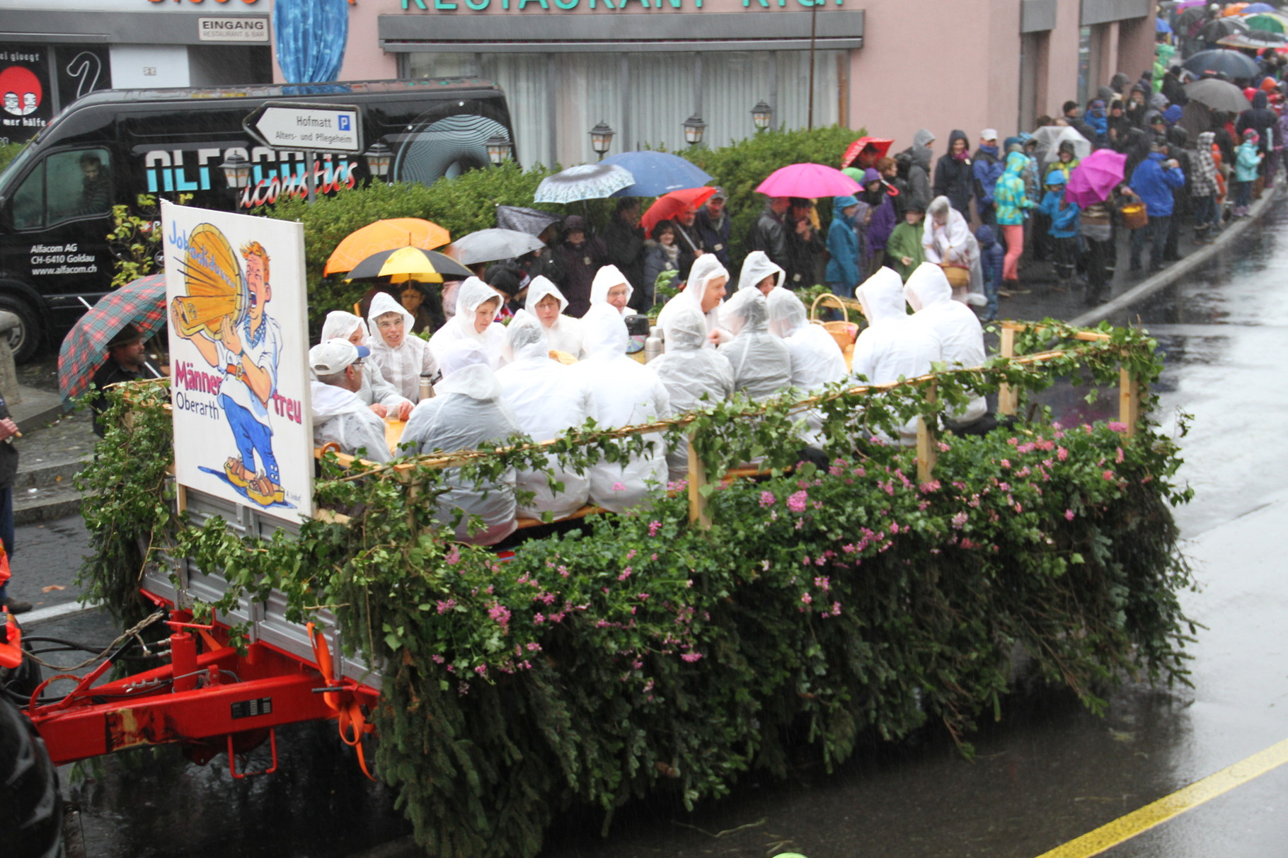 Trotz Hudelwetter waren erstaunlich viele Zuschauer am Strassenrand,