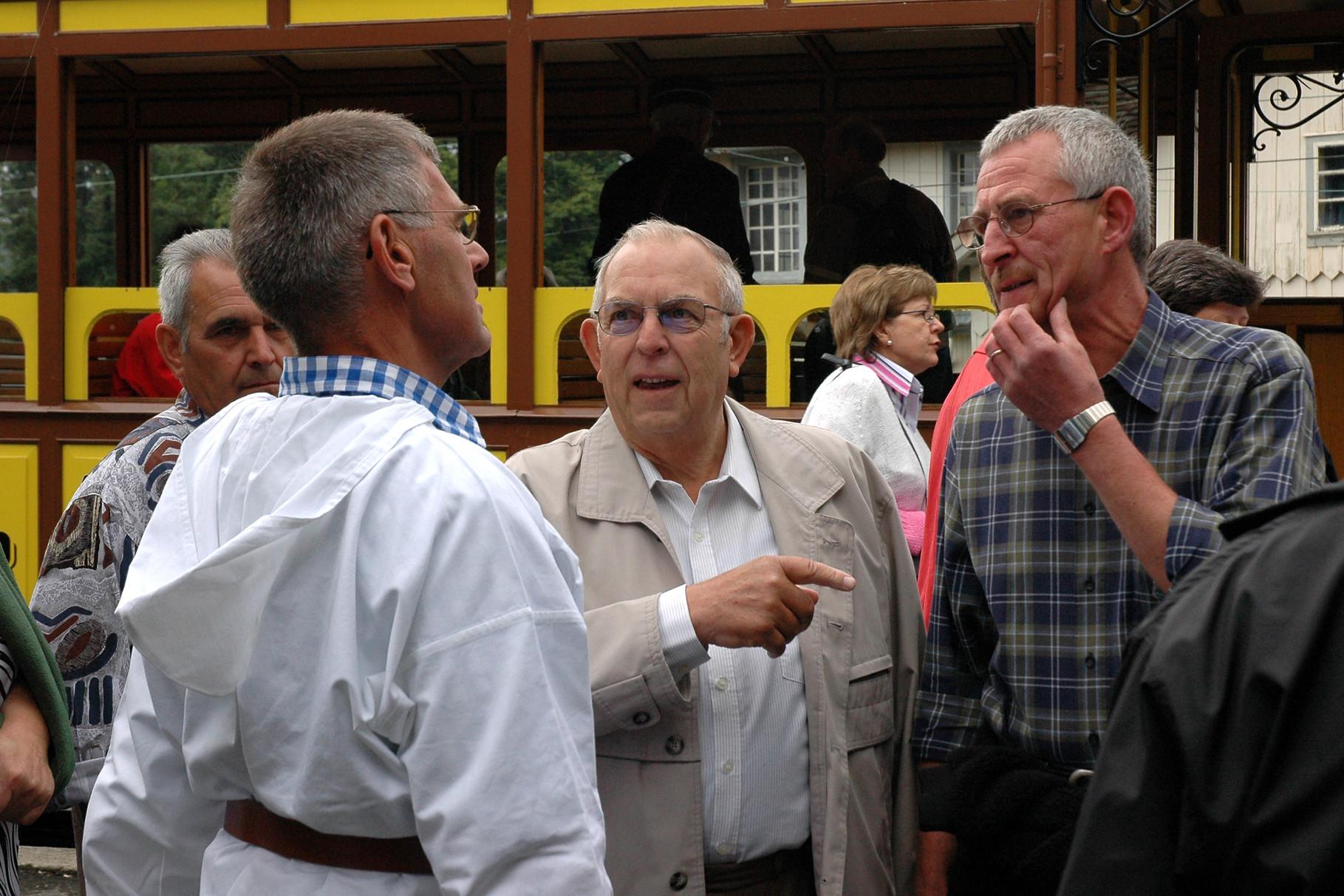 Aktive und Ehemalige treffen sich auf dem Perron der Rigi-Bahn in Goldau