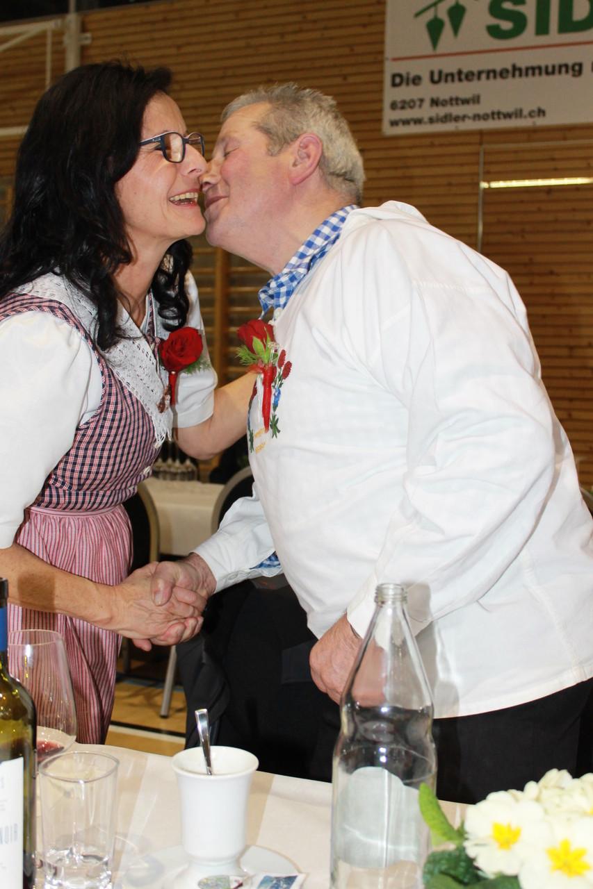 ... und empfängt galant die Gratulation von Annemarie
