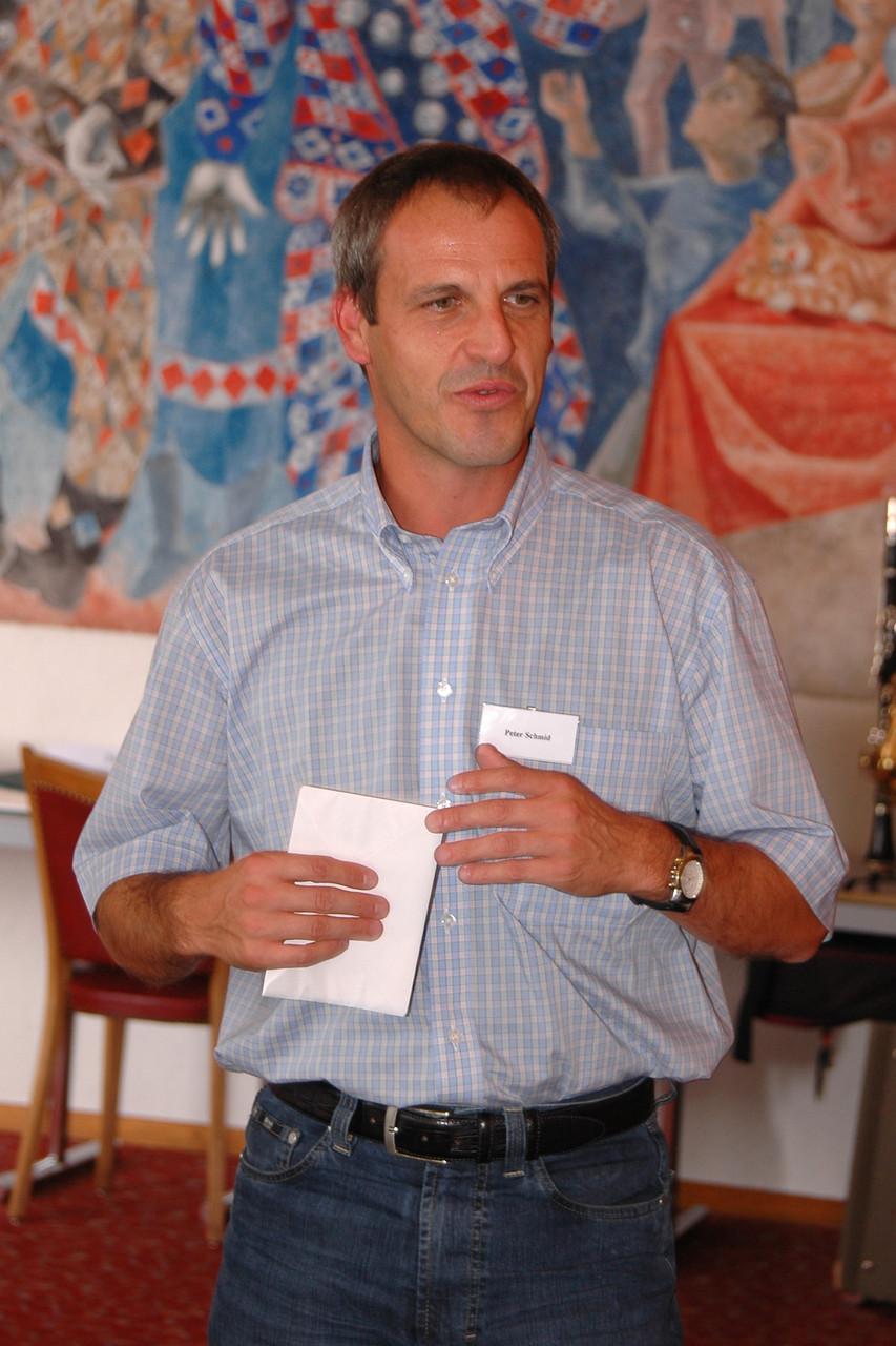 Gemeinderat und Ex-Dirigent Peter Schmid überbringt die Grüsse des Gemeinderats