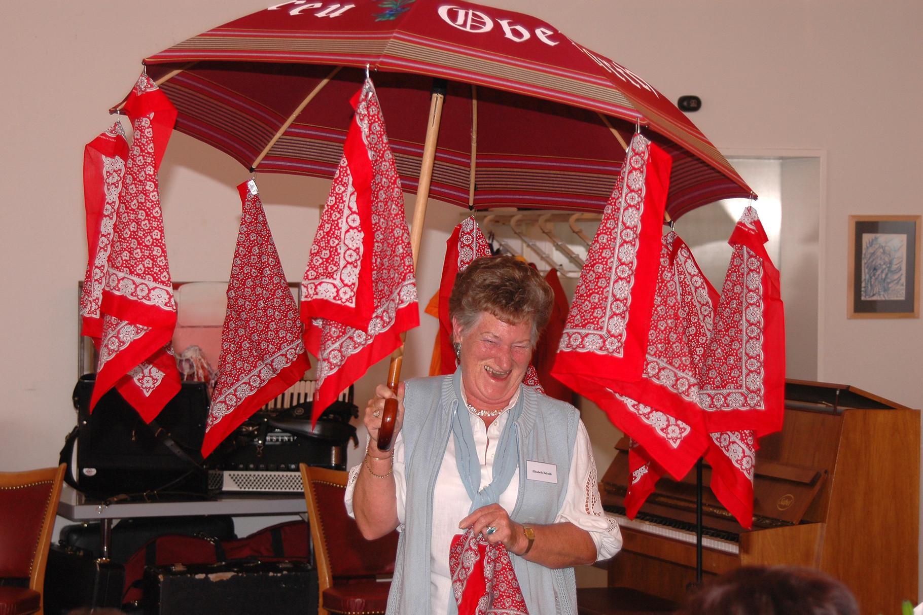 Freimitglied Liesbeth Brändli überrascht den Verein mit einem neuen Klub-Schirm