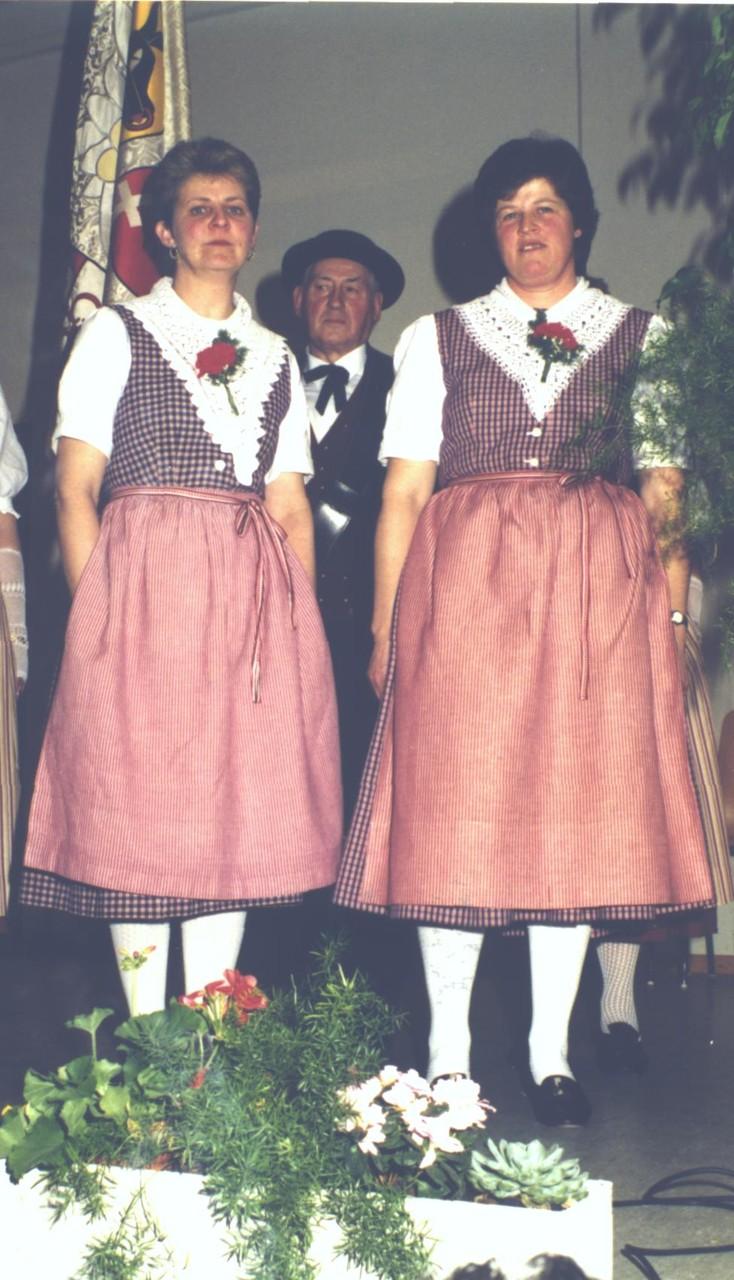 25 Jahr im Verband: Ehrung der beiden Jodlerinnen Berti Horat und Päuli Inderbitzin an der DV 1994
