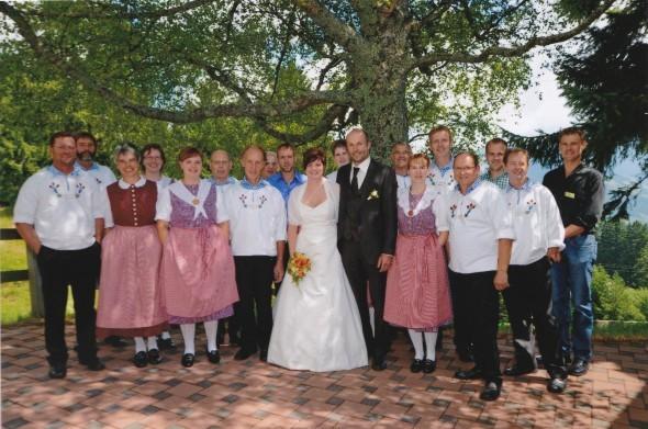 """Der Jodelclub mit dem Brautpaar vor der Kapelle """"Ob Häg"""""""