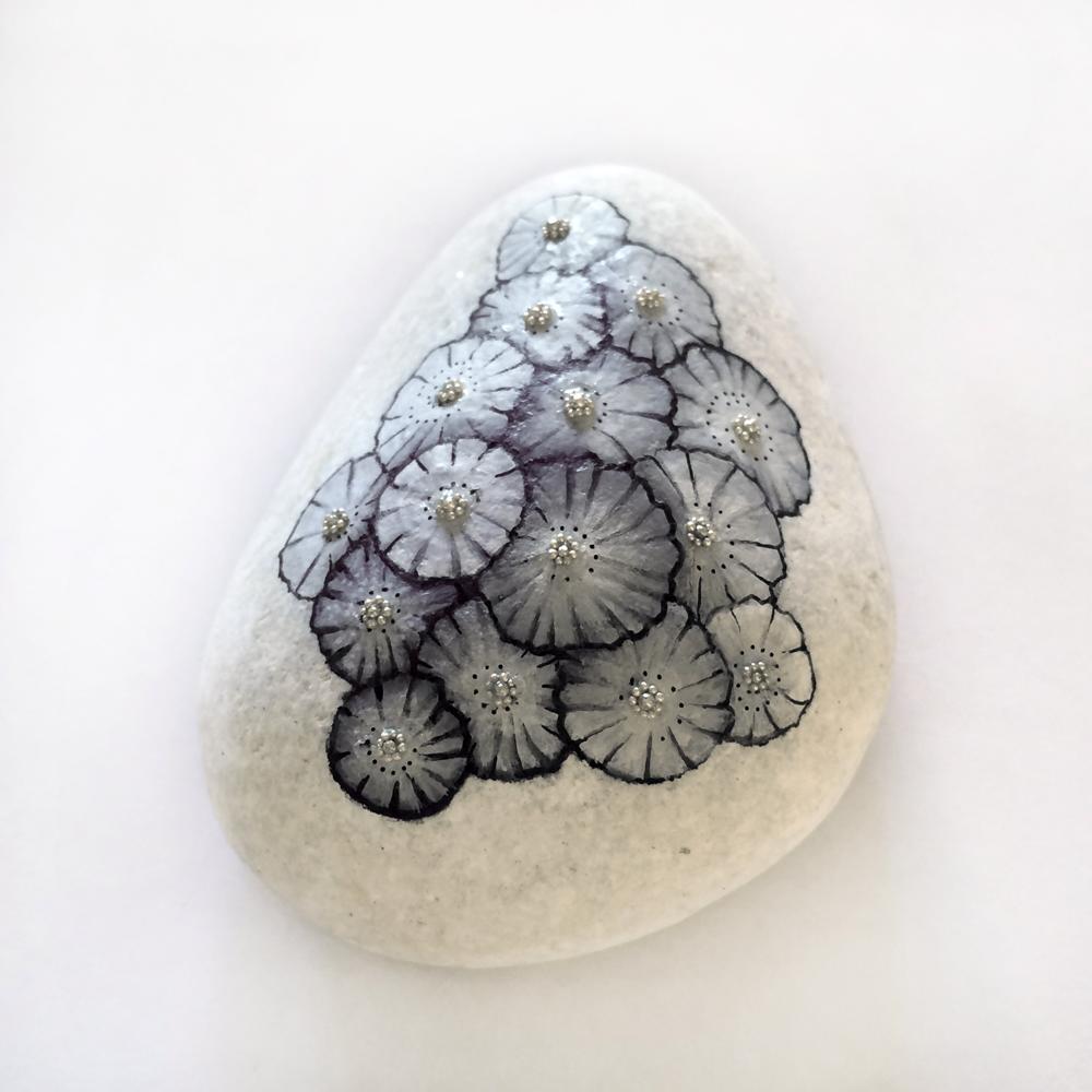 fleurs acrylique - perles argentées - galet blanc - vernis mat partiel
