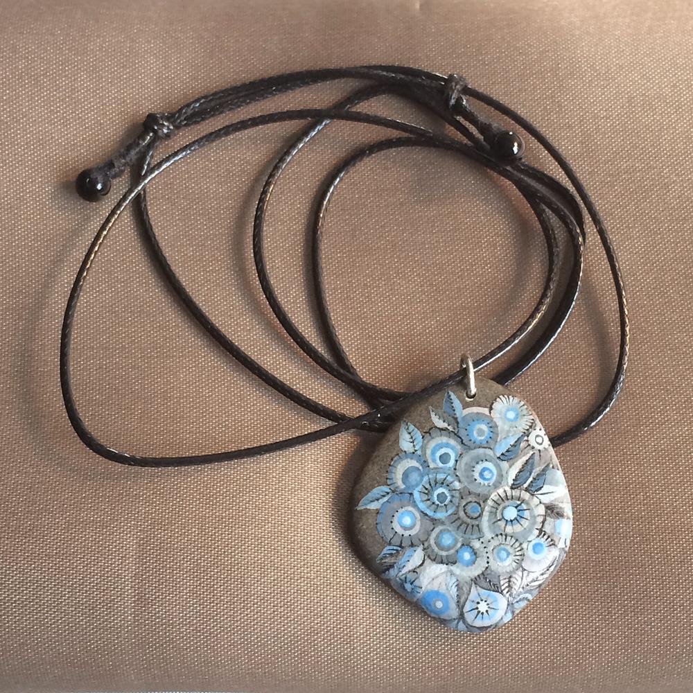 Pendentif galet fleurs acrylique gris et bleu - galet du Salat gris clair percé - vernis satiné vitrifié - anneau argent 925 - collier réglable coton ciré noir 1 mm + 2 agates noires grade A 4 mm
