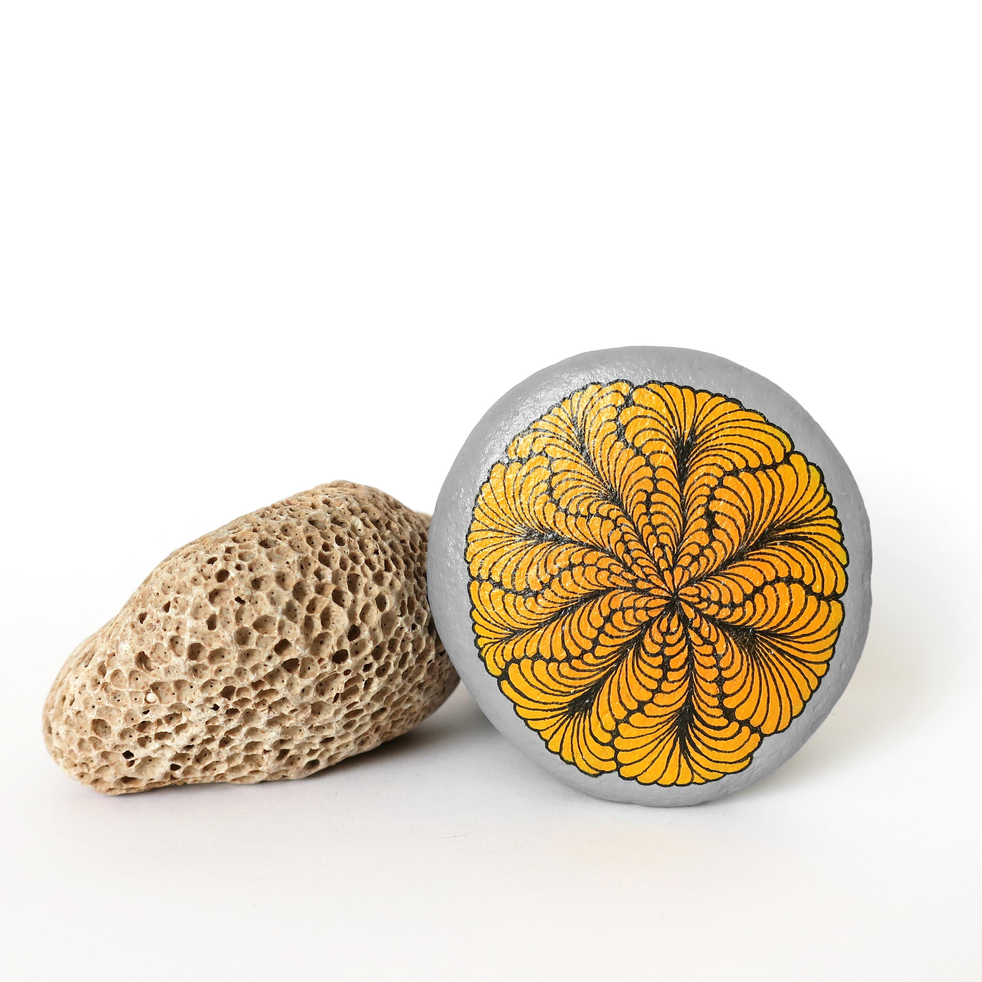 Pendentif galet SPIRALE - peinture acrylique et encres sur galet de rivière percé - fini satiné - anneau argent 925 - tour de cou 43 cm cuir beige 2 mm fermoir argent 925