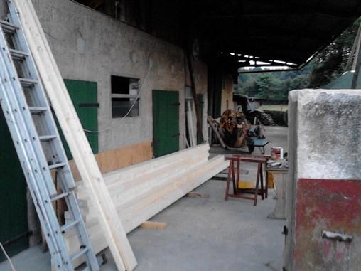 hier wird das Holz für das Carport vorbereitet