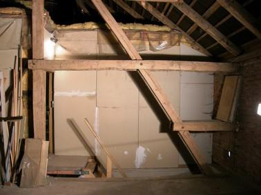 Dachkonstruktion, dahinter Treppenaufgang