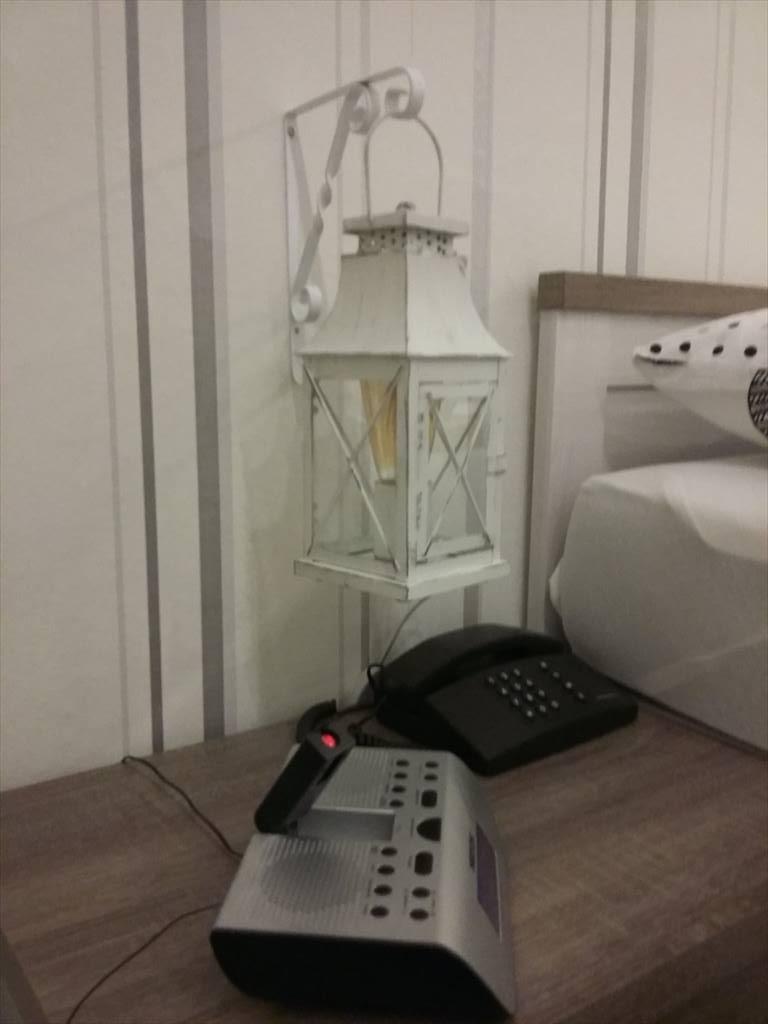 hängende Nachttischleuchte bei Tag ...