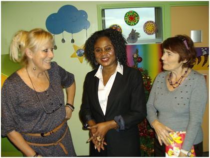 La présidente Pauline et la vice-présidente Micheline s'entretiennent avec l'une des responsables de l'hôpital, à leur droite