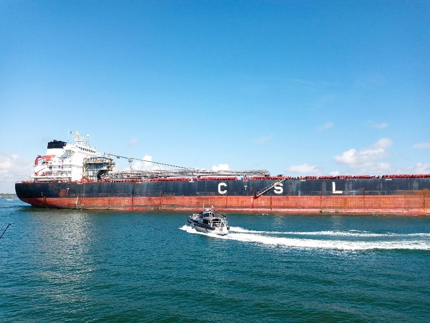 大型コンテナ船も桟橋の横を通り過ぎます