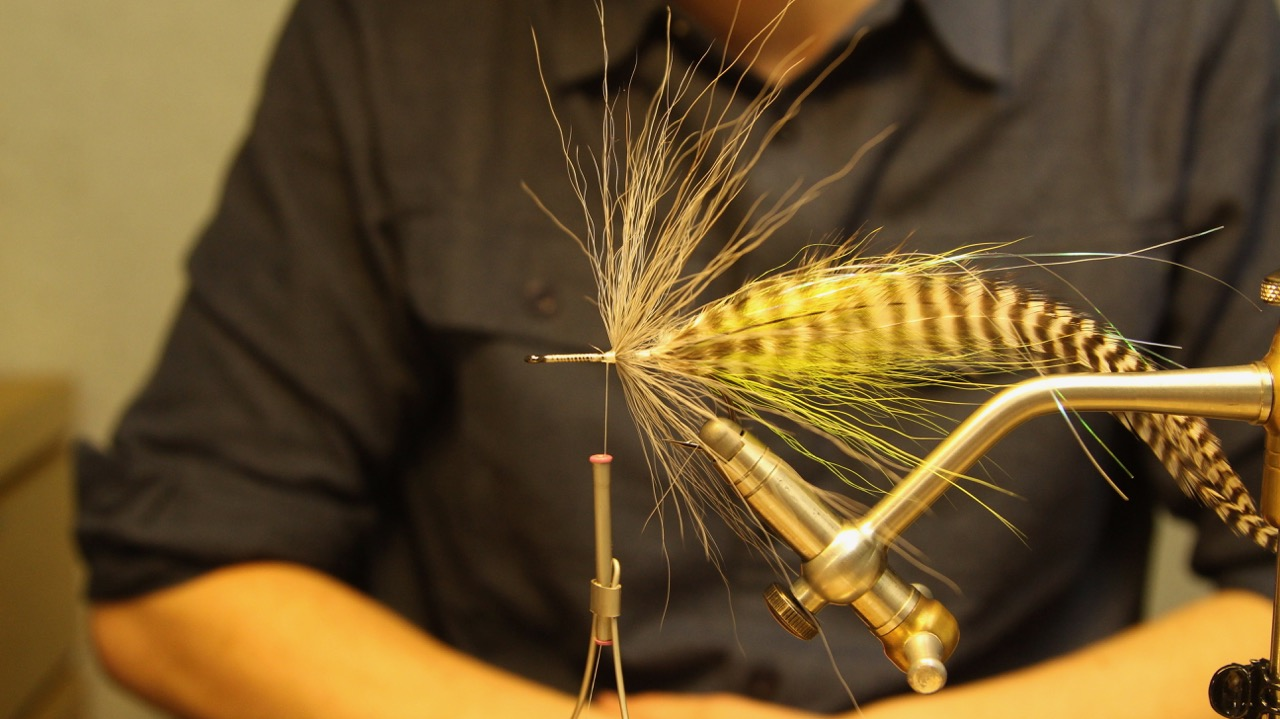 Fold the bucktail back and build a nice thread bace in front of it to keep it at place