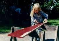 Mädchen bei der Holzbearbeitung
