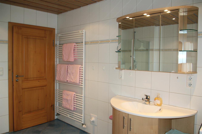 Modernes großes Bad