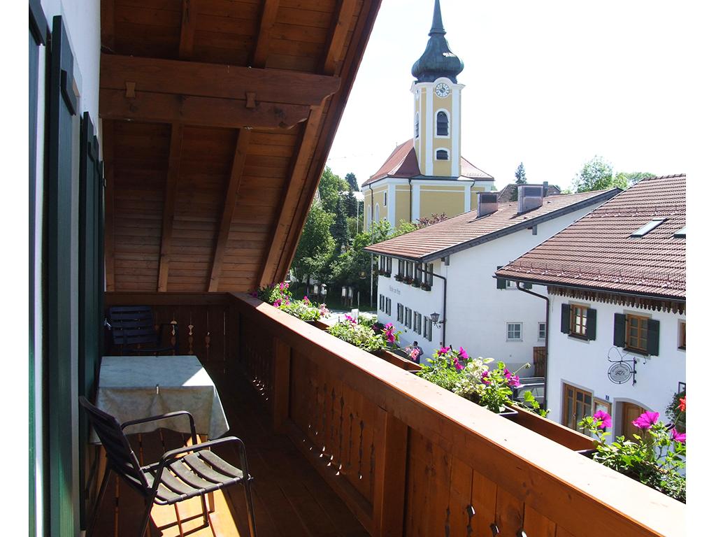 Blick vom Balkon nach Osten auf Heimatmuseum, Gasthof Stern und Pfarrkirche St. Michael