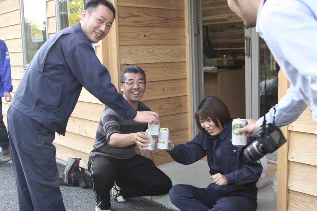 商工会小休止。オモシロ準レギュラーと中日新聞の宮崎さんも乾杯