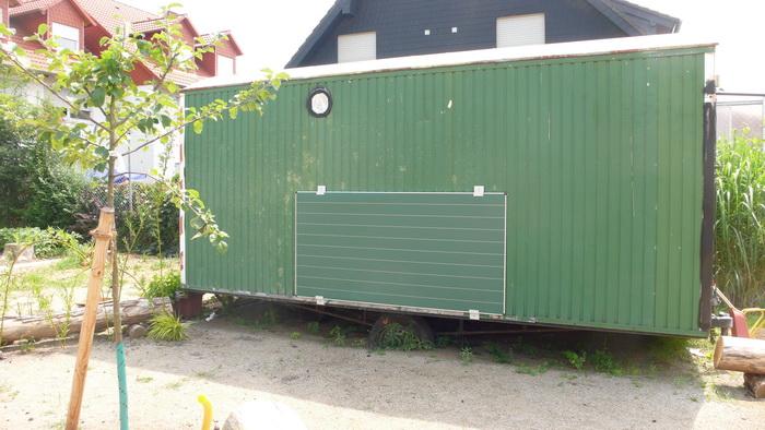 Bauwagen mit Insektenhotel