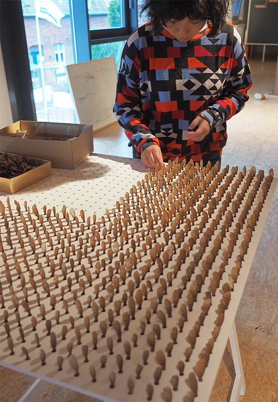 Yui Tombana beim Aufbau der Installation Ahorn