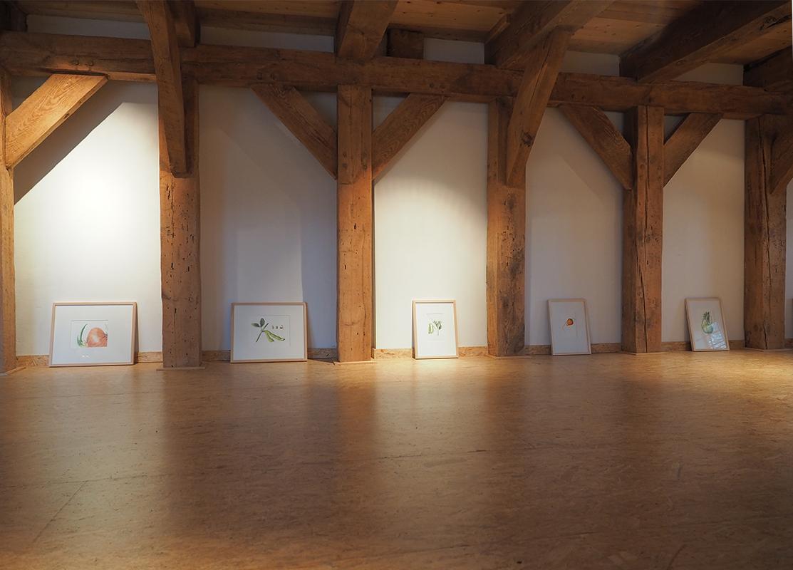 Farbstiftzeichnungen von Verena Redmann vor dem Aufhängen