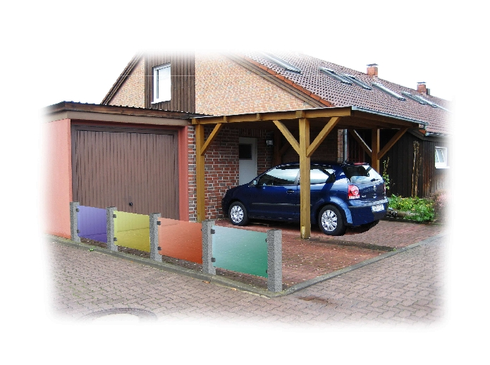 Plexiglaszaun als Abgrenzung einer Garagenzufahrt