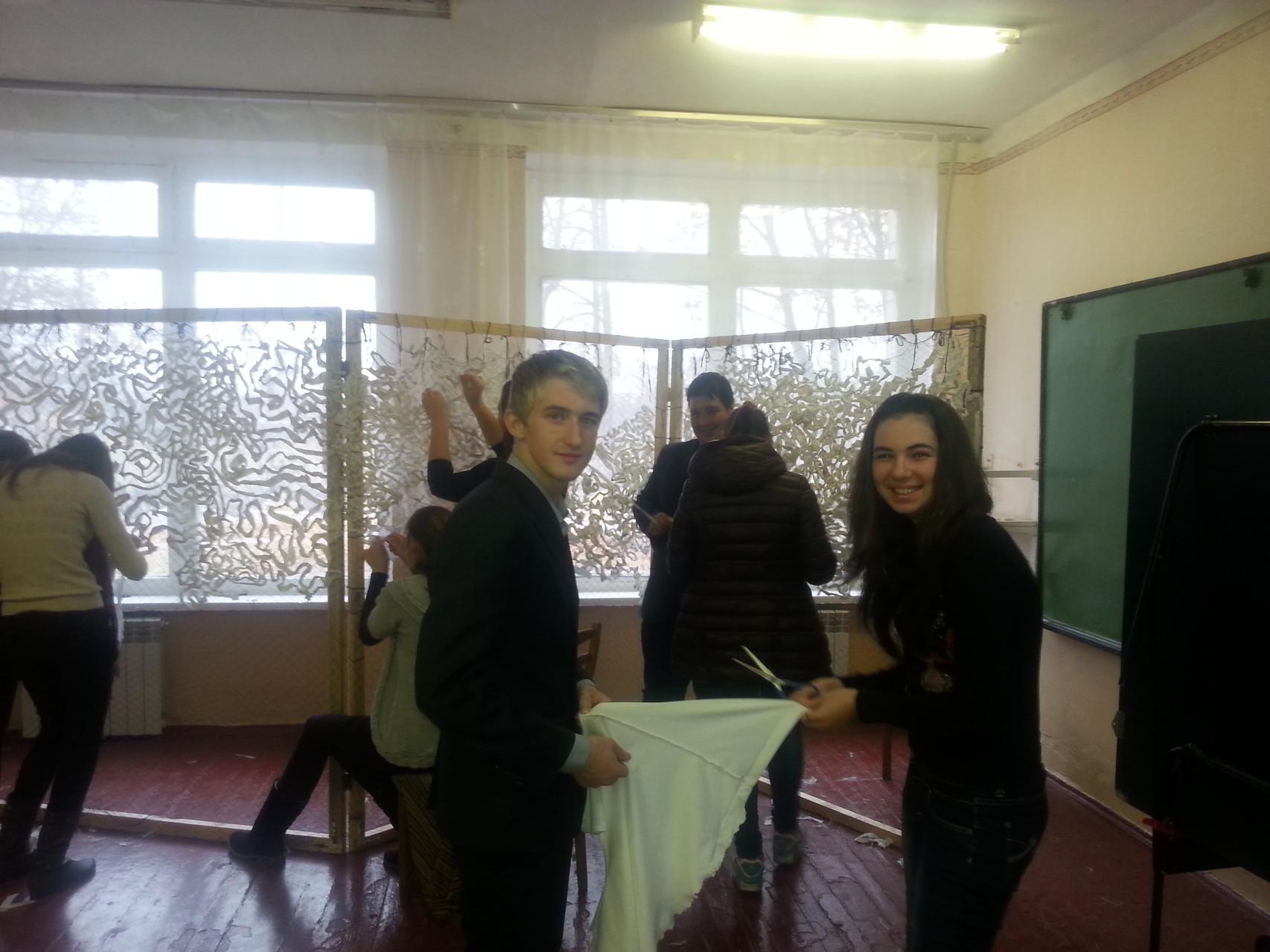 школярі виготовляють маскувальну сітку для воїнів АТО