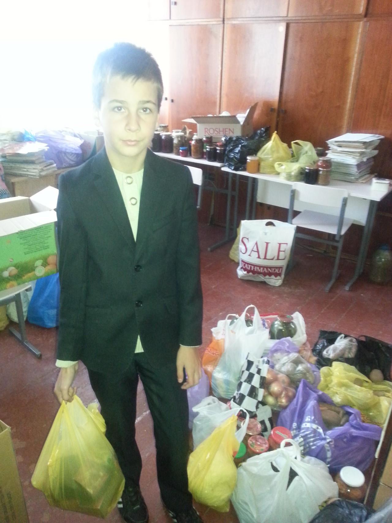 Учні та небайдужі калитяни допомагають зібрати необхідні речі для солдат
