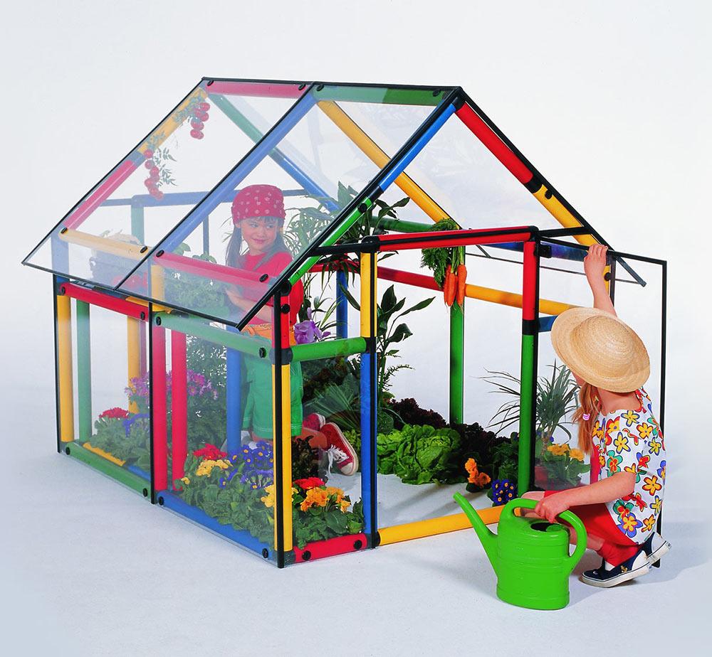 Kids working in QUADRO greenhouse