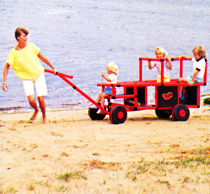 Pulling the kids on a QUADRO wagon in the summer on the beach