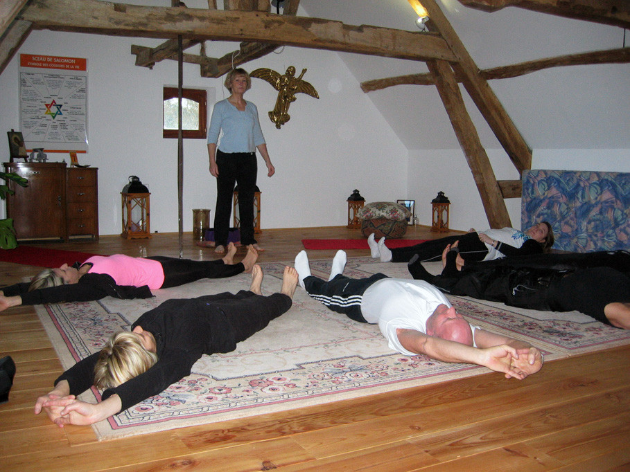 Stretching en salle de relaxation, Moulin de Grouches, Pranahvital