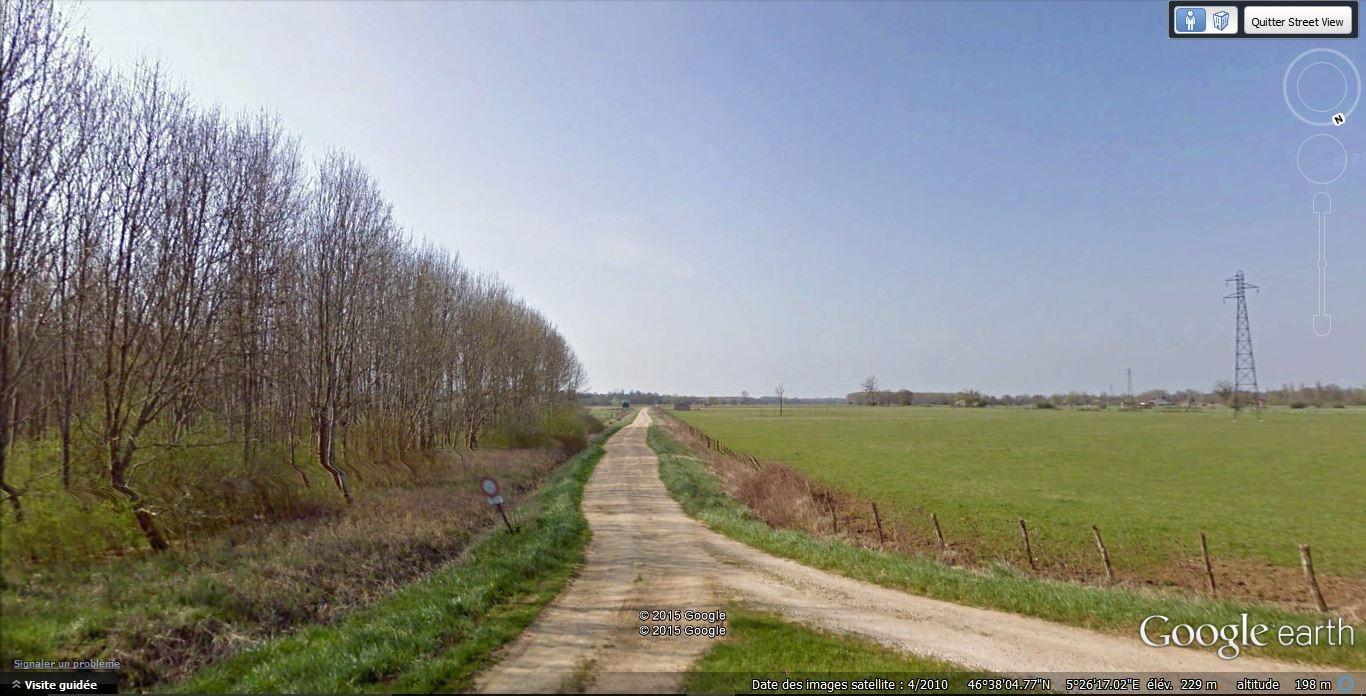 Le terrain se trouve à gauche au bout du chemin