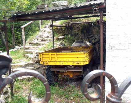 Il trattorino - umile compagno - trova il suo riposo...
