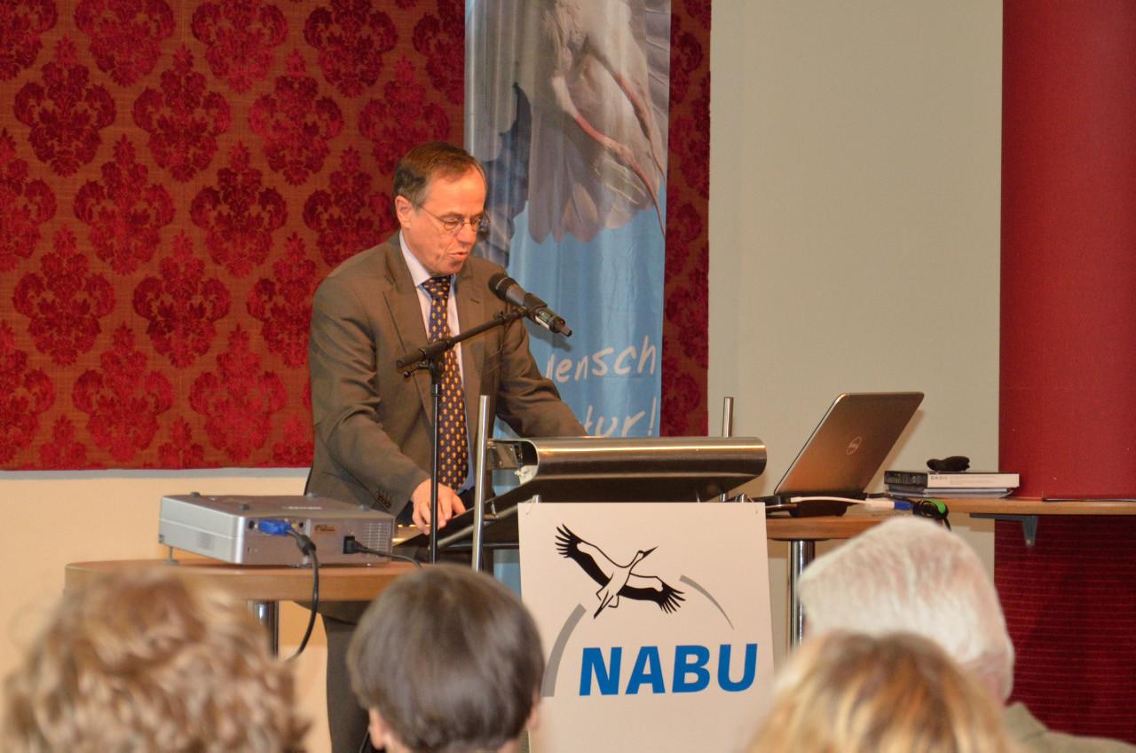 Der Bürgermeister Wilfried Geiger hält seine Begrüßungsansprache