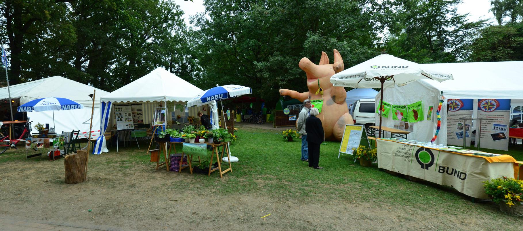 Gut platziert auf dem Rathaus-Park neben dem BUND-Stand steht unser Zelt