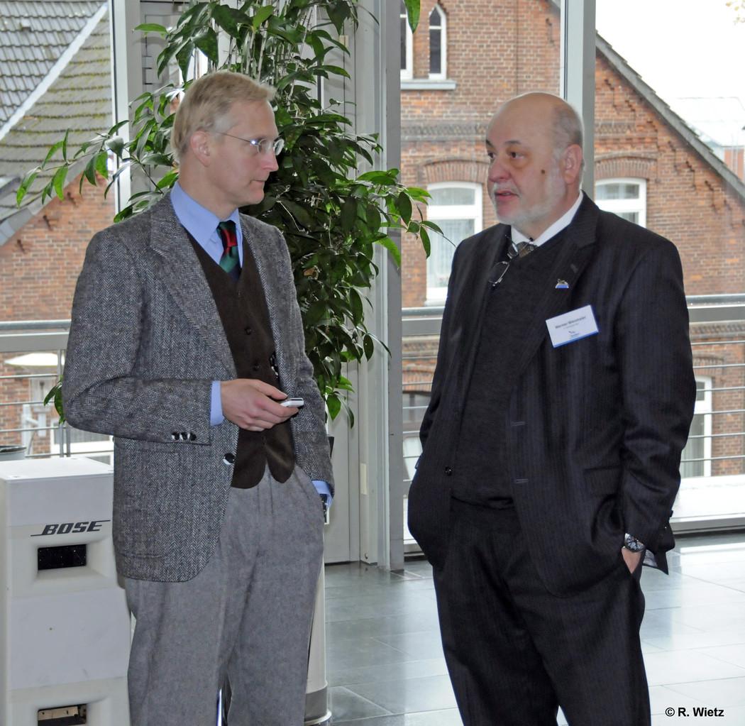 Heutiger Moderator Vorstandsmitglied Dr. Lars Benecke und 1. Vorsitzender Werner Wiesmaier beraten den Ablauf
