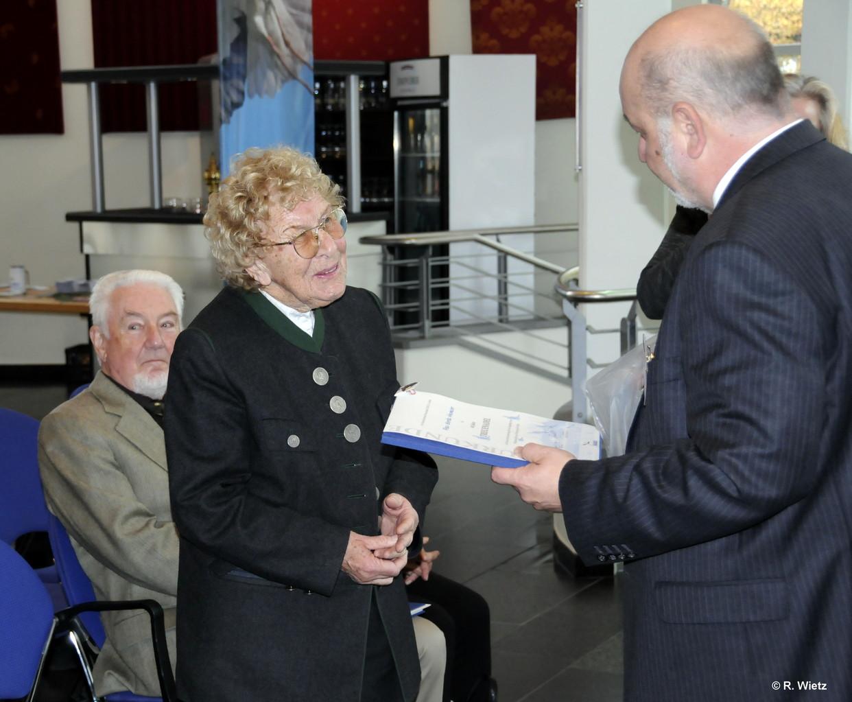 Gerda Neumaier bekommt als Ehrung die 40 Jahre Treuenadel