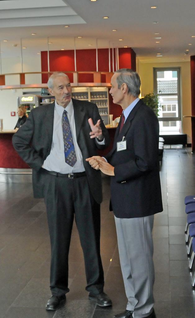Jörg Ulrich Boner (NABU-Landkreis Harburg) im Gespräche mit dem Schatzmeister des NABU-Buchholz Bertram Fischer